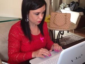 Após a morte do pai, Danielle começou a ajudar ainda mais as pessoas com câncer (Foto: Mariane Rossi/G1)