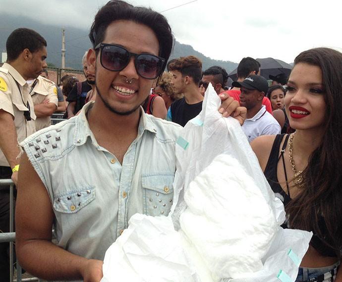 Felipe Mendes leva fralda para não perder um minuto do show de Rihanna (Foto: Gshow)