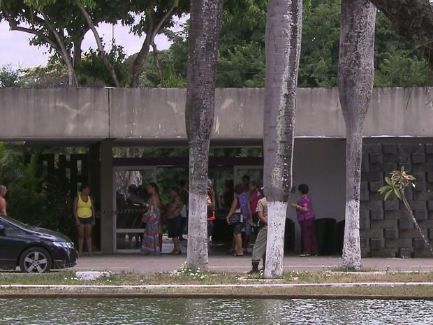 Corpo do sargento está sendo velado no Cemitério Parque das Flores, na Zona Oeste do Recife (Foto: Reprodução/TV Globo)