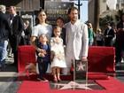 Com a família, Matthew McConaughey ganha estrela na Calçada da Fama