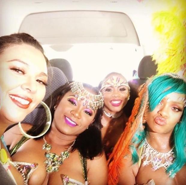 Rihanna com as amigas (Foto: Reprodução/Instagram)