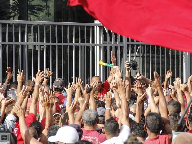 Manifestantes ocupam a frente da Câmara Municipal de São Paulo, no centro da cidade, para pressionar pela votação do Plano Diretor (Foto: Mariana Topfstedt/Sigmapress/Estadão Conteúdo)