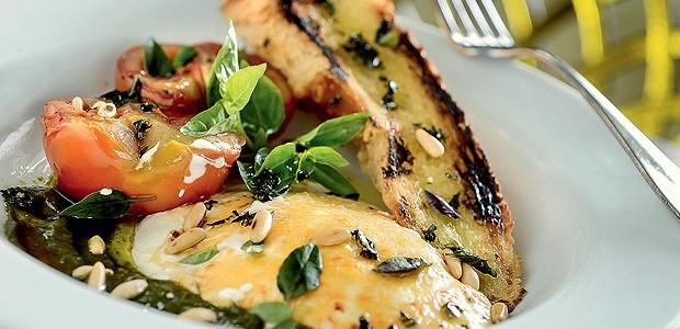 Salada caprese quente de burrata, tomate confit e pesto genovês (Foto: Tadeu Brunelli/Divulgação)