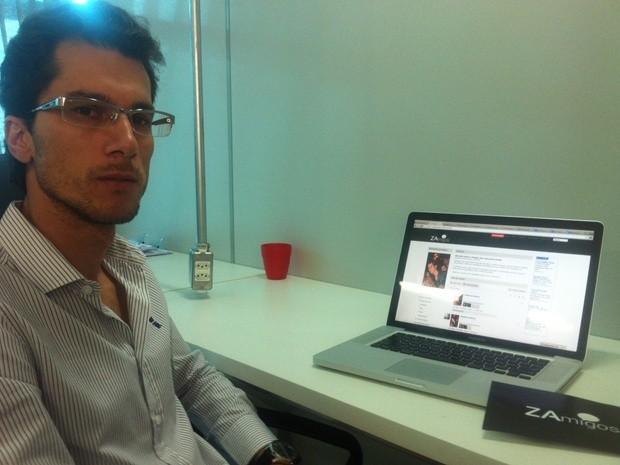 Guilherme Oliveira mostra o seu perfil na página do ZAmigos (Foto: Marcos Lavezo/G1)
