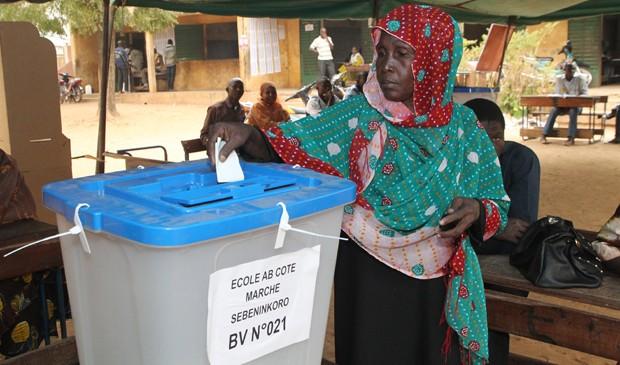 Eleitora de Mali deposita o voto na urna na primeira eleição após o golpe de 2012, neste domingo (15). (Foto: Habibou Kouyate/AFP)