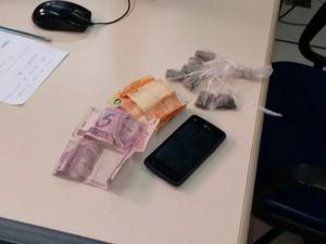 Dinheiro, drogas e um celular foram apreendidos (Foto: Divulgação/Polícia Militar)