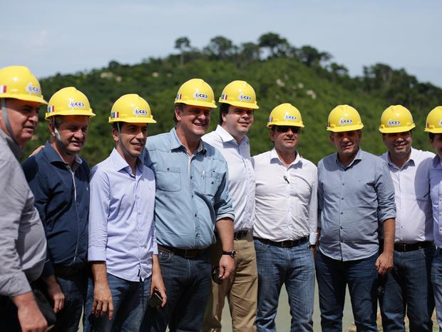 Ministro e comitiva visitaram a cosntrução da hidrlétrica em Sinop (Foto: Companhia Energética Sinop/Divulgação)