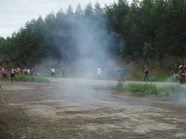 PM usou bombas de efeito moral contra manifestante que bloquearam a BR-458, na altura da cidade de Ipaba (Foto: Patrícia Belo / G1)