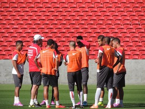 Abel conversa com time do Inter antes de treino no Beira-Rio (Foto: Tomás Hammes / GloboEsporte.com)