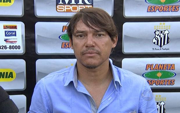 Técnico Jean Carlo cai após derrota do Operário-MS para o Ubiratan (Foto: Reprodução/TV Morena)