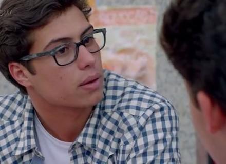 Teaser: Nanda flagra Filipe com Artur e desconfia do namorado