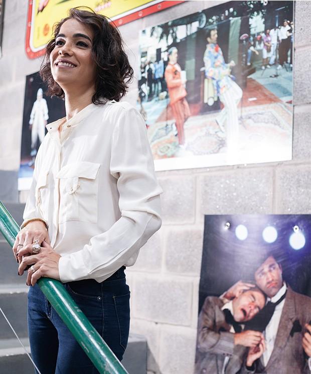Luciana Lima posa em meio às lembranças do marido, fundador do grupo La MÍNIMA (Foto: João Bertholini)
