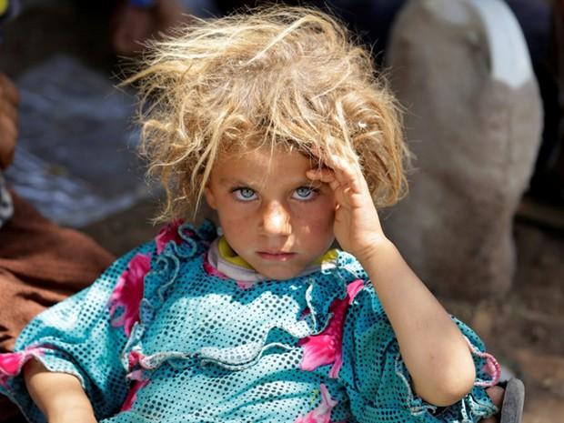 Criança da etnia Yazidi é vista na fronteira entre Iraque e Síria, em 13 de agosto de 2014 (Foto: Youssef Boudlal/ Reuters)