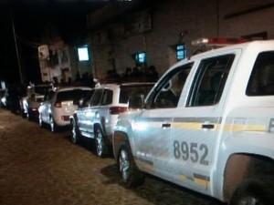 Viaturas ficaram estacionadas no pátio do batalhão em Santana do Livramento, e policiais saíram a pé (Foto: Elenice Vieira/RBS TV)