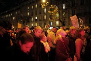 A multidão caminhou até o anoitecer em Paris (Foto: AP Photo/Laurent Cipriani)
