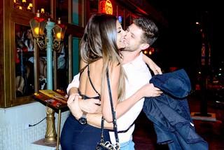 Mari Gonzalez e ex-BBB Jonas em restaurante em São Paulo (Foto: Leo Franco/ Ag. News)