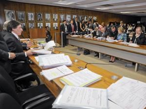 O senador Eunício Oliveira (à esq.) preside sessão da CCJ, que analisa, sabatina e vota nomes indicados para compor o STF (Foto: José Cruz/Agência Senado)