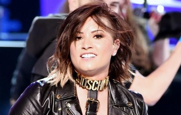 Demi Lovato precisou de ajuda profissional quando sua bipolaridade (aliada a transtornos alimentares) a levou ao fundo do poço em 2010. Ela chegou a cometer autoflagelação. (Foto: Getty Images)