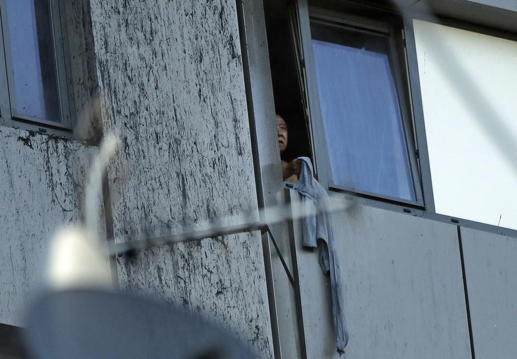 Mulher é vista em janela de prédio em chamas em Londres (Foto: Matt Dunham/AP)
