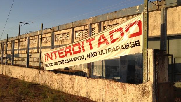 Muro estádio Aluízio Ferreira interdidato (Foto: Hugo Crippa/GLOBOESPORTE.COM)