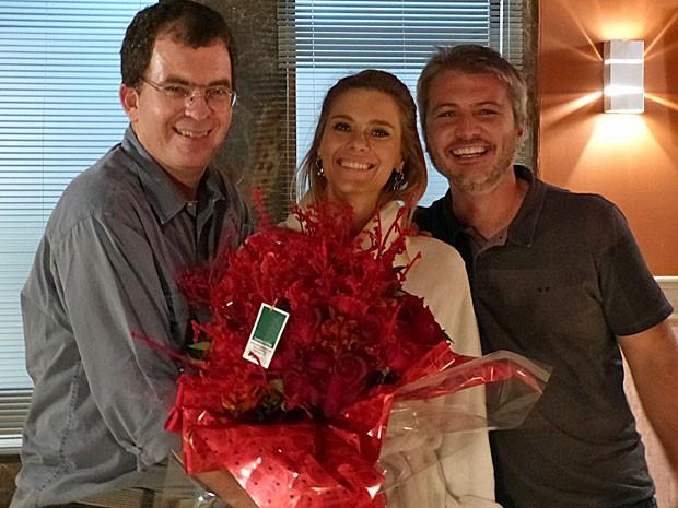 Marcos Schechtman e Fred Mayrink presenteiam Carolina Dieckmann com flores (Foto: Salve Jorge/TV Globo)