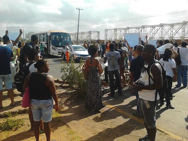 Manifestantes bloqueiam Avenida dos Portugueses, que dá acesso à UFMA (Foto: João Ricardo Barbosa/G1)