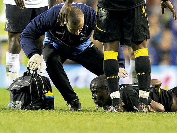 MORTO?: O jogador de futebol Fabrice Muamba teve parada cardíaca por mais de uma hora, e poderia ter sido declarado morto. Mesmo assim, médicos ingleses conseguiram ressuscitá-lo usando as novas técnicas (Foto: Kevin Quigley/Daily Mail/Solo Syndication)