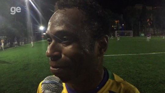 """Um dia com a seleção de master: show de Edílson na bola e no pagode, gols de Dodô e Marcelinho, e """"mim acher"""" de Amaral"""