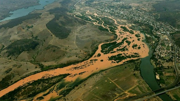 Vista aérea do Rio Doce, com rejeitos de minério liberados pelo rompimento da barragem do Fundão em Mariana (MG). A barragem pertence à Samarco (Foto: SECOM-ES)
