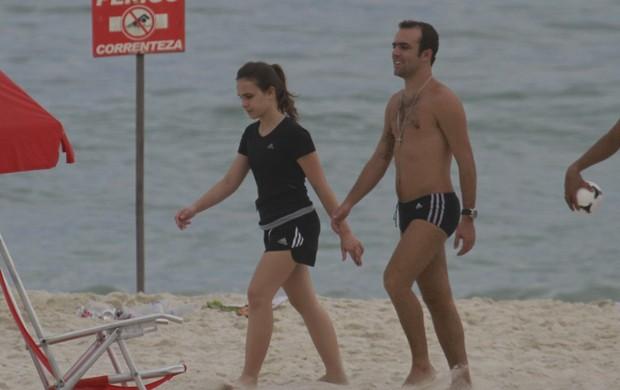 Roger Flores na praia da Barra da Tijuca (Foto: AgNews/Dilson Silva)