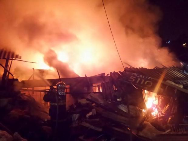 Incêndio destruiu a residência em Almirante Tamandaré, na Grande Curitiba  (Foto: Tony Mattoso/ RPC )