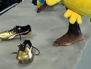 Bolt tira as sapatilhas após vitória
