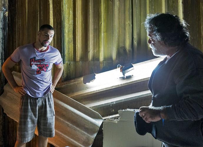 Pai e filho, Zé Maria e Juliano conversam em esconderijo (Foto: Ellen Soares/ Gshow)