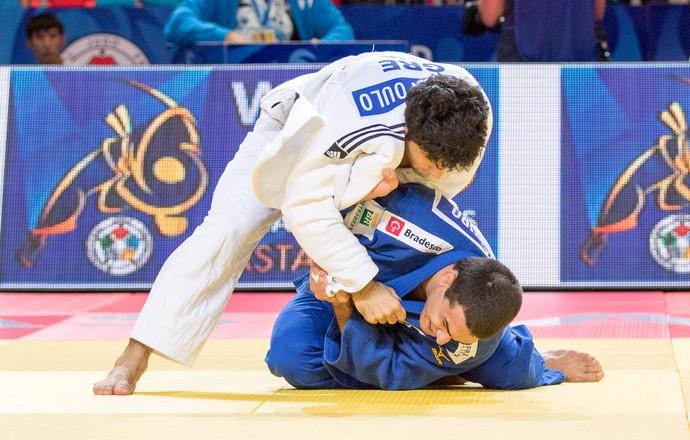 Leandro Guilheiro x Moustopoulos Mundial Astana judô (Foto: Rafal Burza/CBJ)