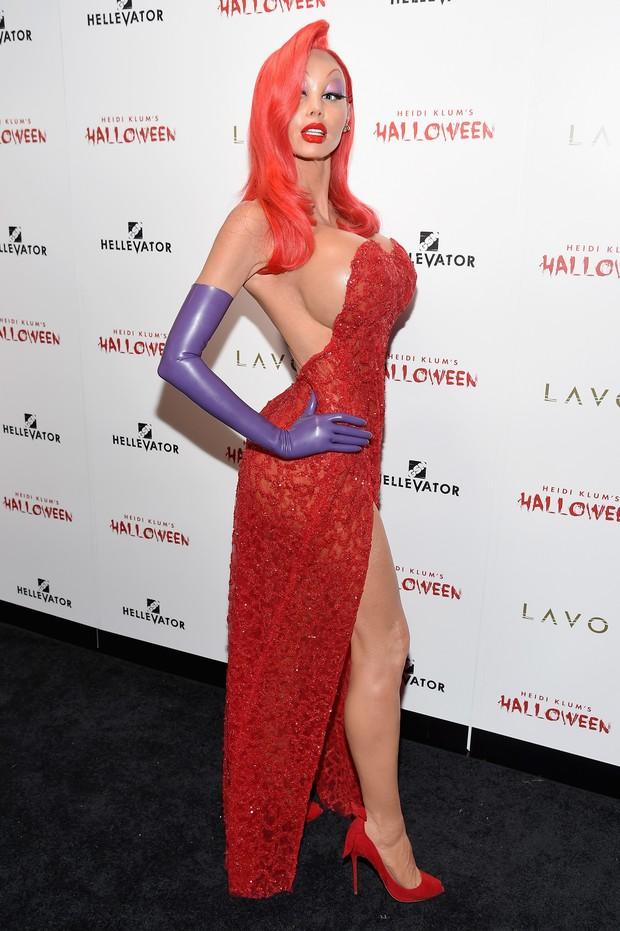 Heidi Klum, a Rainha do Halloween, não deixou por menos e se fantasiou de Jessica Rabbit (Foto: AFP)