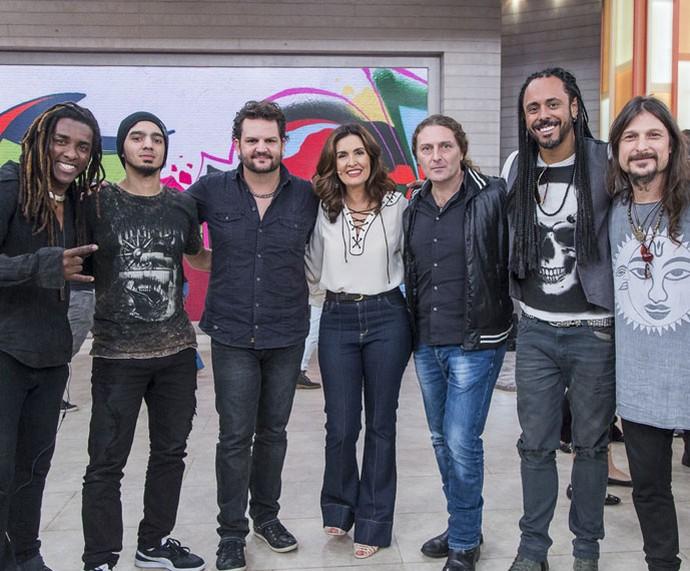 A banda Angra posa com a Fátima nos bastidores  (Foto: Artur Meninea/Gshow)