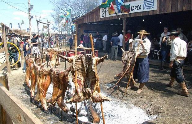Semana Farroupilha de Porto Alegre apresenta culinária gaúcha, como o churrasco (Foto: Ricardo Stricher/PMPA)