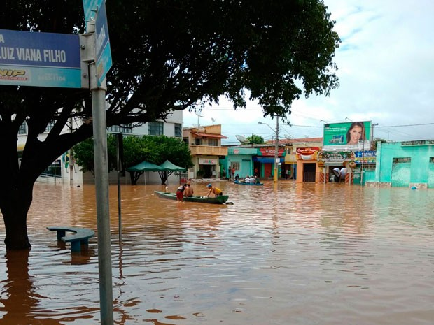 Chuva alaga ruas em Santa Maria da Vitória (Foto: Divulgação/Correios)