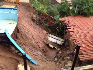 Deslizamento atingiu piscina de pousada próxima ao Morro do Careca, em Natal (Foto: Fernanda Zauli/G1)