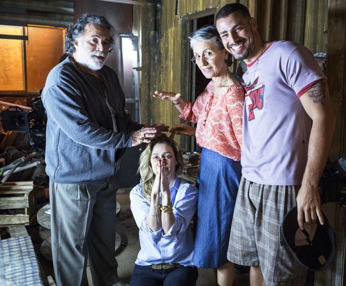 Tony, Cassia e Cauã brincam com Amora nos intervalos das gravações de 'A Regra do Jogo' (Foto: Ellen Soares / Gshow)
