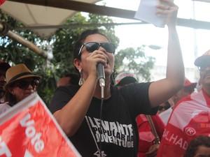 Militante do Levante Popular faz discurso em Pró- Dilma em Petrolina, PE (Foto: Juliane Peixinho / G1)
