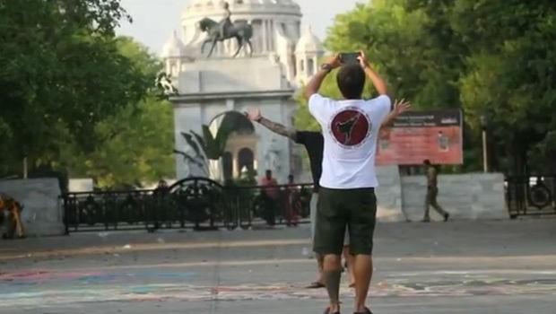 Serginho e Pato registram o momento no Victoria Memorial (Foto: Reprodução/RPC)