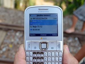 Sargento da PM mostra celular com ligações feitas ao Centro de Zoonoses (Foto: Samantha Silva/ G1)