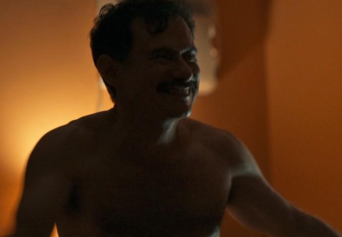 Douglas não resiste à sensualidade da namorada (Foto: TV Globo)