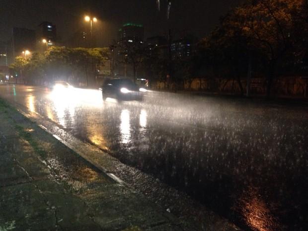 Chuva forte atinge a Zona Sul de São Paulo na noite desta sexta-feira (Foto: Glauco Araújo/G1)