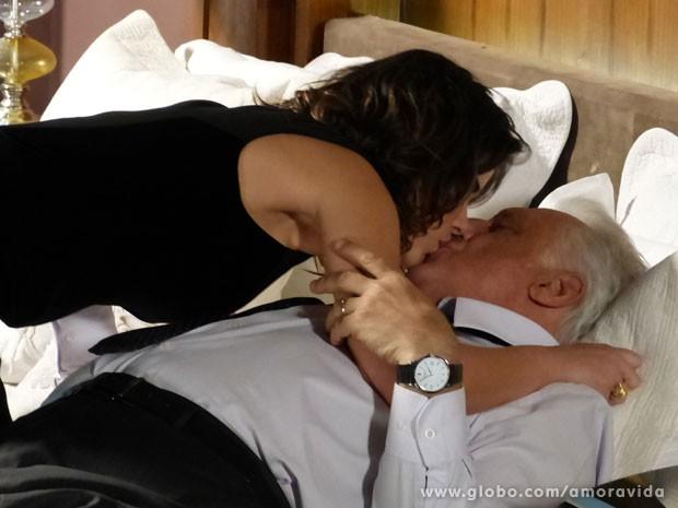 César, mais uma vez cai na labia da amante (Foto: Amor à Vida/TV Globo)