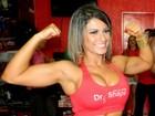 Babi Rossi mostra músculos e barriguinha sarada em evento