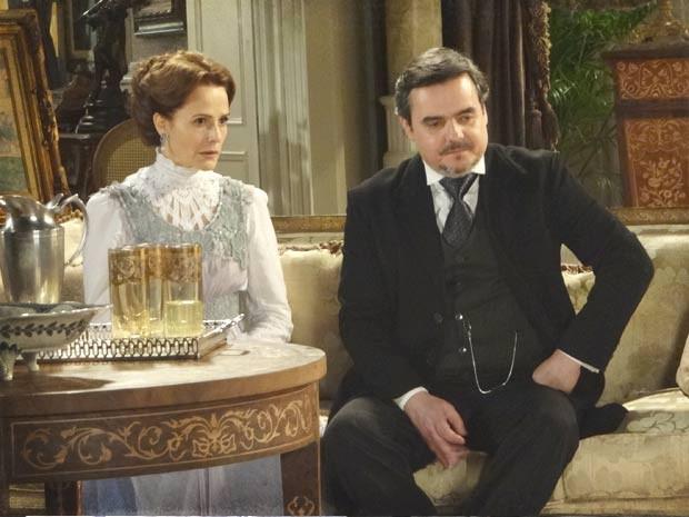 Margarida e Bonifácio tentam acalmar Constância (Foto: Lado a Lado / TV Globo)