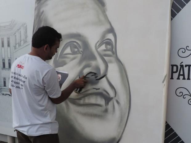 """Lídio Leão, o """"Kronus"""", teve a ideia de usar a arte para homenagear Eduardo Campos, junto com outros colegas grafiteiros. (Foto: Renan Holanda / G1)"""