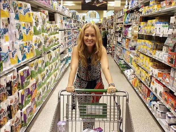 Angélica fazendo compras (Foto: Instagram / Reprodução)